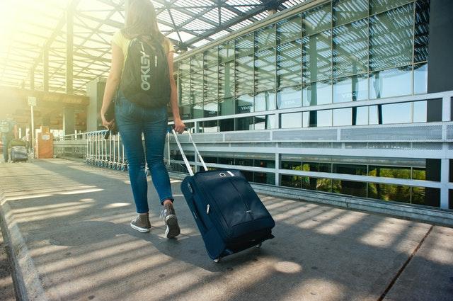 Voyageuse avec une valise