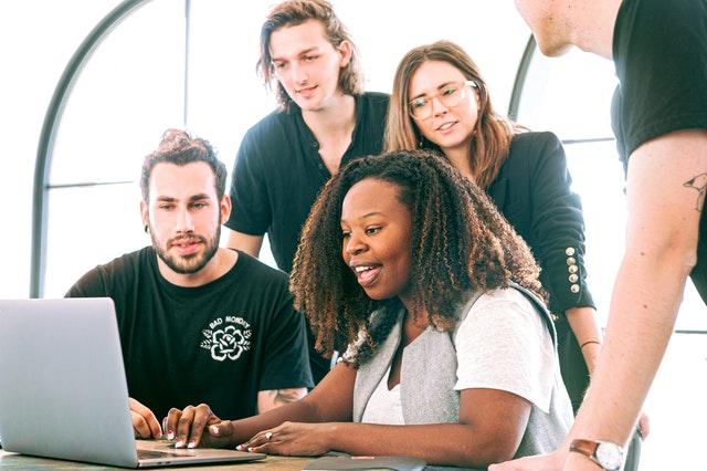 Une femme discutant avec ses collègues