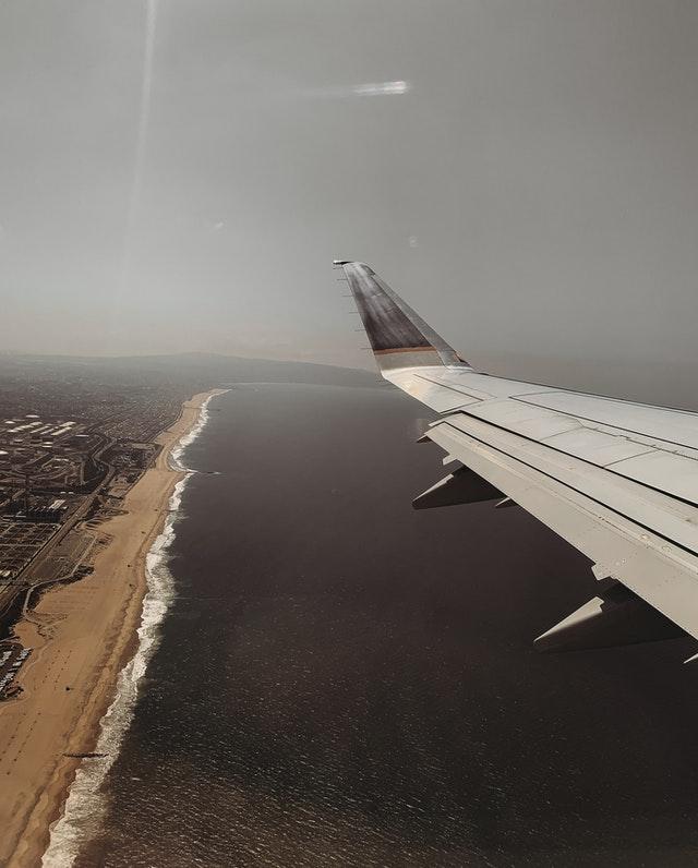 Vue sur l'océan et aile d'avion