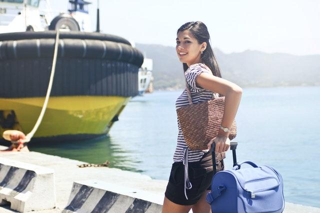 Femme debout sur le quai