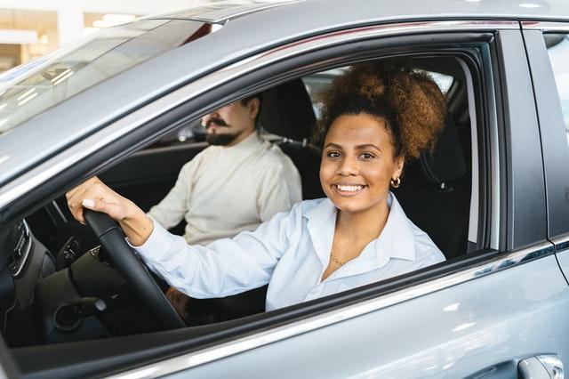 Une femme conduisant une voiture hybride
