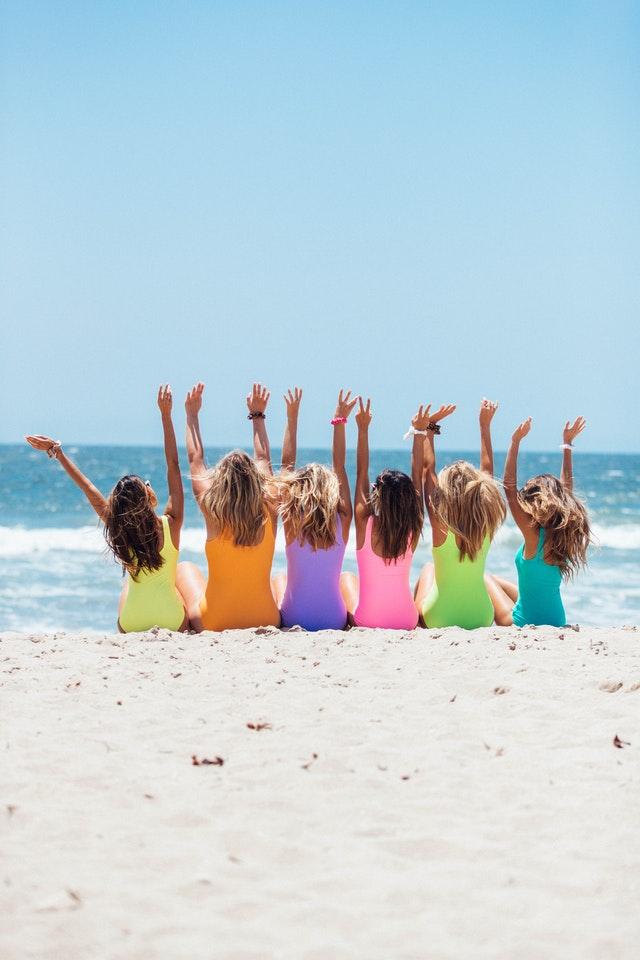 Six filles en maillot de bain