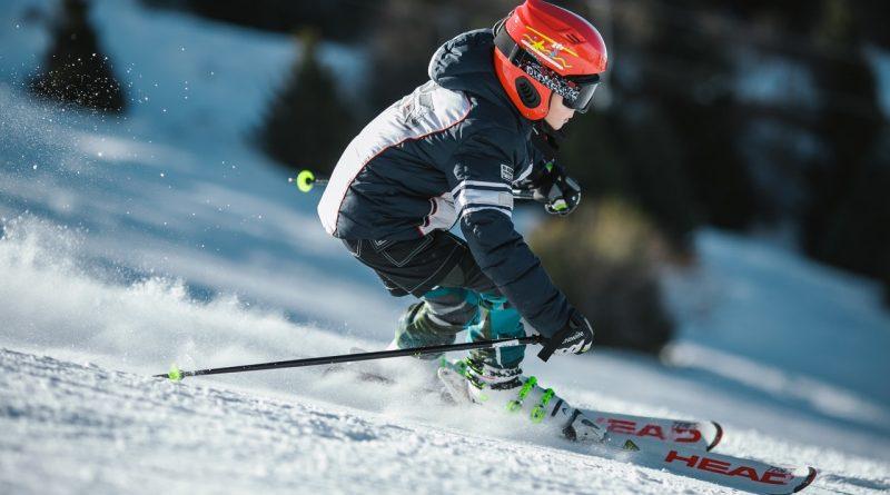 Homme faisant du ski sur glace