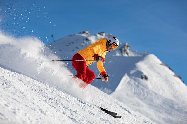 Un homme faisant du ski.